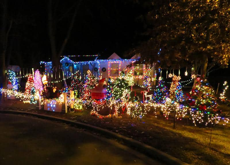 This image has an empty alt attribute; its file name is Chesney-Christmas-Light-Display.jpg